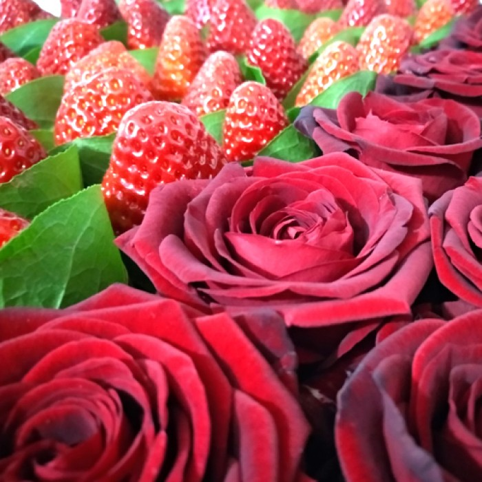 """Сердце из клубники и живых роз """"Тандем"""" - сравнение фото 2"""