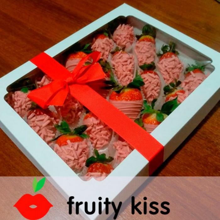 Клубника в розовом шоколаде в подарочной коробке