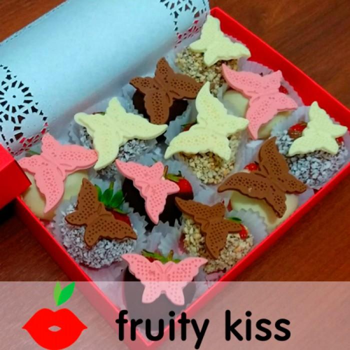 Клубника в шоколаде в подарочной коробке с бабочками