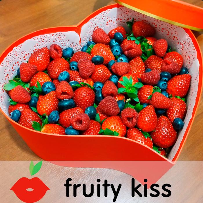 """Подарочная коробка с ягодами """"Сердце №1"""""""