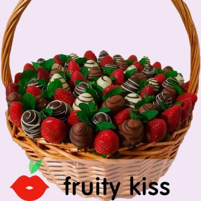 """Корзина с клубникой в шоколаде """"Шоколадная ягодка"""""""