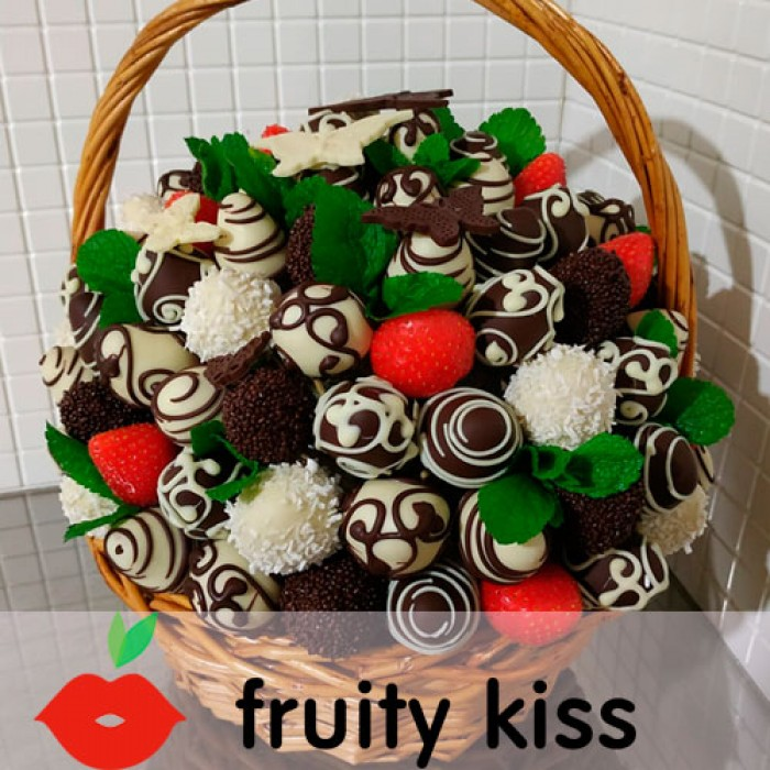 "Корзина с клубникой в шоколаде ""Сказка"" - сравнение фото 1"