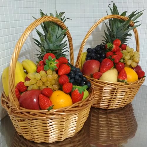 корзины с фруктами и ягодами