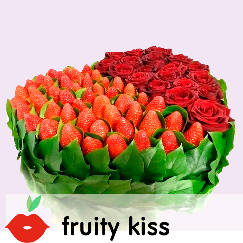 клубника с розами в виде сердца